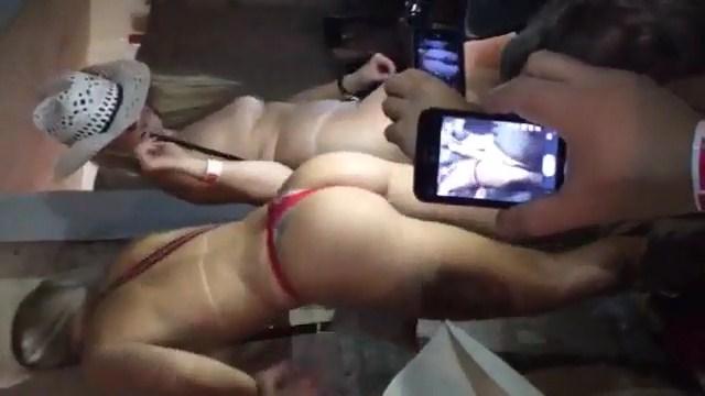 Putas loiras siliconadas caiu no whatsapp dançando peladinha na festa de pião