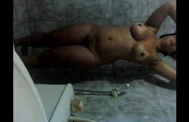 Novinha amadora fazendo um video no banho
