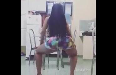 Gostosa peituda caiu no whatsapp dançando funk na cozinha