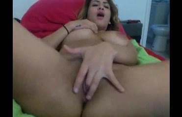 Gata bonita se masturbando gostoso em casa na web