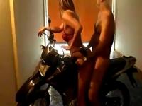 Sexo anal em cima da moto caiu na net