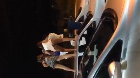 Novinhas safadas dançando funk putaria em cima do carro