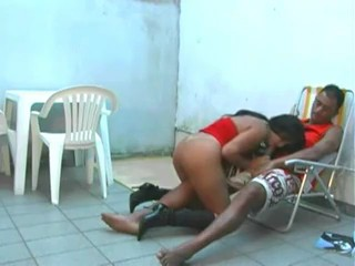 Sexo com morena no quintal bem gostosinho