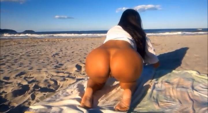 Caiu na net gostosa pelada na praia se mostrando para o namorado
