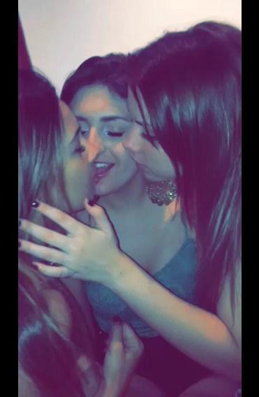 Caiu na net três lésbicas beijando gostoso e gravando