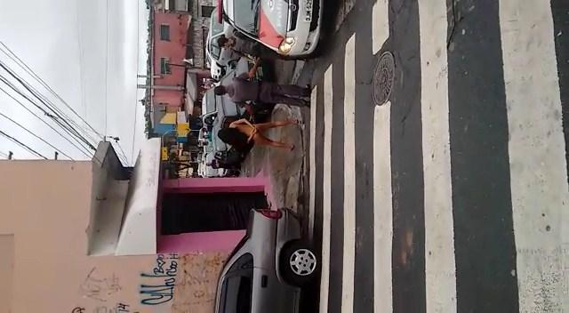 Puta bêbada flagrada pelada na rua com policiais
