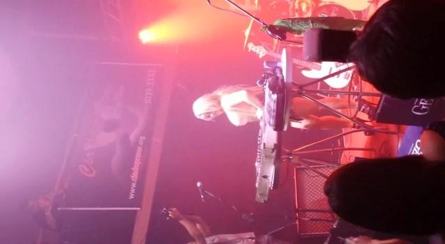 Flagra com loira DJ mostrando os peitos na balada