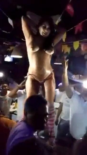 Caiu na net Bruna Ferraz dançando pelada na boate