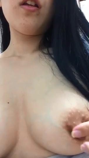 Nerd peituda pelada masturbando a buceta cabeluda