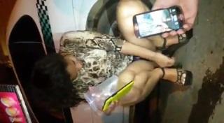 Novinha bêbada safada mostrando buceta gostosa na frente dos amigos