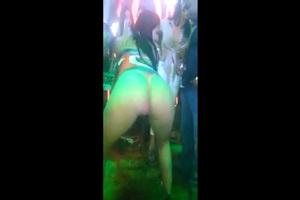 Rabuda gostosa dançando na balada vai para na net