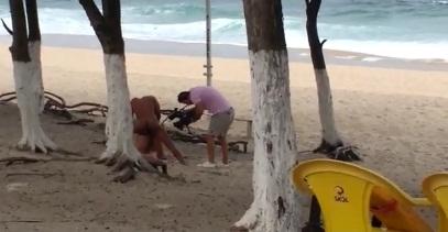 Flagra de sexo na praia onde esta sendo realizado um filme porno
