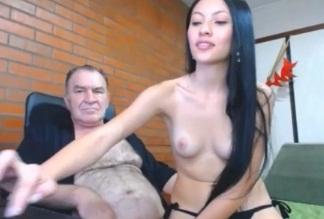 Aposentado comendo novinha gostosa que adora exibir suas fodas na webcam