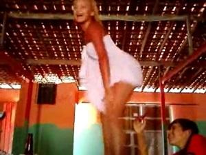 Loirinha dançando de toalha em cima da messa do bar