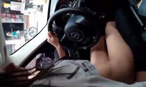 Puta Novinha Transando Enquanto Dirige a Jeep Cherokee No Colo Do Namorado