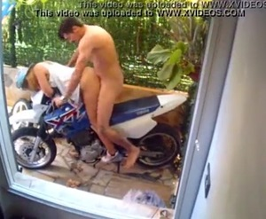 Sexo em cima da moto com novinha safada gostosa