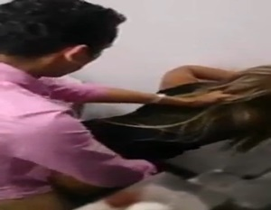 Flagra de safado comendo loirinha gotosinha dentro do banheiro