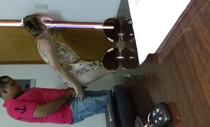 Esposa infiel caiu na net dando uma rapidinha com cunhado no escritório
