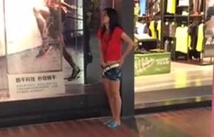Putinha Novinha é Flagrada Bolinando a Bucetinha Nos Corredores Do Shopping