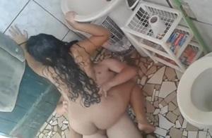 Novinha gostosa flagrada trasando com primo safado dentro do banheiro