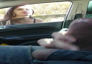 Caiu na net safado batendo punheta no carro com putas na janela