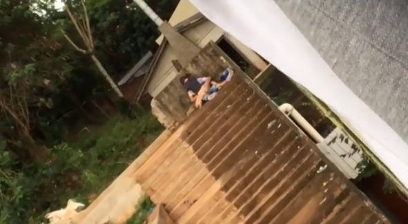 Flagra ninfeta gostosa transando forte nas escadarias do beco