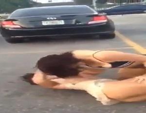 Mulheres brigando no meio da rua mostra a xoxota e os peitinhos