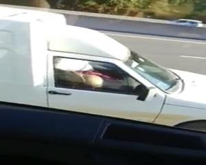 Casal flagrados fazendo sexo no carro no meio da avenida com veiculo em movimento