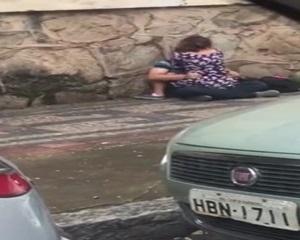 Casal de namorados fazendo sexo na rua foi flagrados e caiu na net