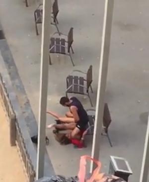 Flagra casal transando na praça em plena luz do dia e sendo filmados por um trabalhador
