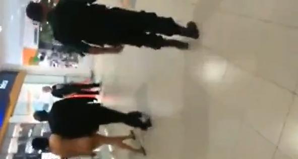 Flagra gostosa louca de droga pelada entra dentro do Shopping Center e acaba sendo expulsa do local
