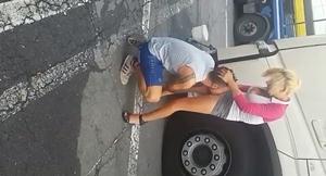 Puta loira barata de 10 Dolares foi chupada no meio da rua pelo caminhoneiro boqueteiro