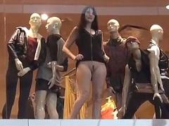 Esposa muito puta sem calcinha exibindo buceta pro maridão dentro do Shopping