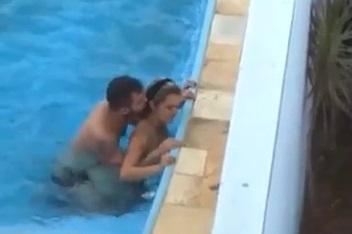 Flagra sexo amador caiu no Zap novinha transando sem camisinha dentro da piscina