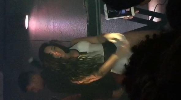 Dançarina De Funk Bucetuda Chamando Atenção Com Sua Buceta Engolindo O Short