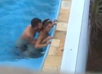 Dentista de Goiânia/GO flagrada transando dentro da piscina