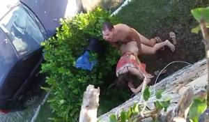 Casal flagrado por moradores transando na rua sem saída