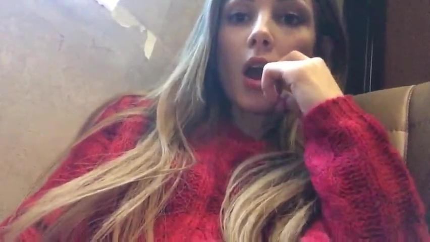 Estagiaria ninfeta exibindo a boceta apertada no local de trabalho