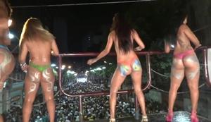 Flagra novinhas nuas somente com corpos pintados durante carnaval