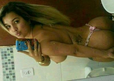 Loira delicia do peitão tira fotos caseiras nua no espelho