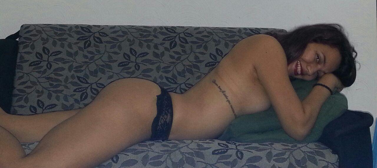 Elaine moreninha exibida e bem gostosinha tira fotos nudes e vaza