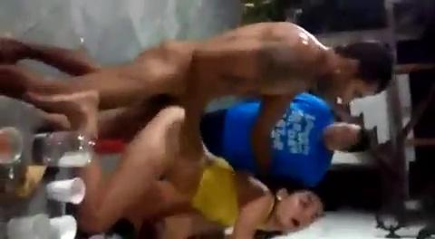 Léo comendo putinha bêbada com rapaziada ensinando foda porno carioca