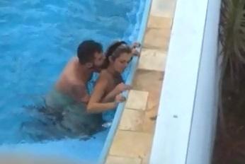 Flagra Gostosa Bunda Grande Nua Fazendo Sexo Com Limpador De piscina