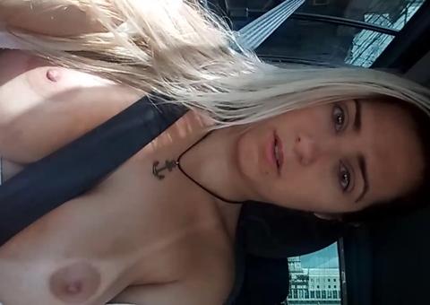 Ensinamento da loira gostosa usando cinto de segurança no carro video quente