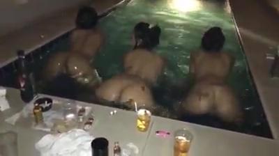 Putianes faveladas peladas na piscina mexendo bumbum pra bandido