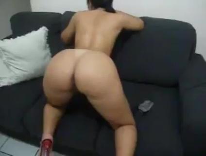 Sexo no sofá com uma brasileira da bunda grande dando no couro