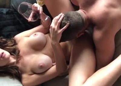 Bebendo vinho e relaxando com prostituto dando linguadinha na vulva