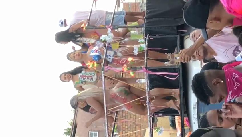 Carnaval De Rua 2018 Gostosas Peladas Dançando Encima Do Trio Fazendo a Alegria Dos Carnavalescos