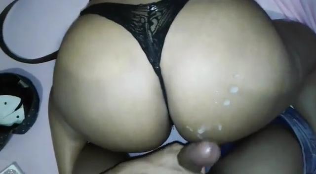 Sexo Amador Com Mulata Rabuda Transando Sem Tirar a Calcinha E Levando Gozada na Bunda Grande