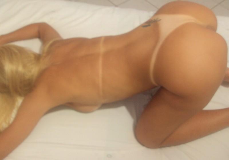 Perva loira que adora transar de quatro na cama fotos de sexo